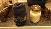 Yogourt prêt à fermenter dans un bas de laine
